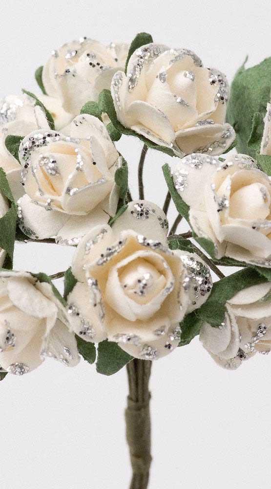 Um pouco de brilho para as rosas de papel