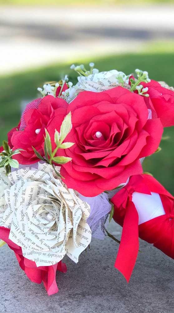 Incrível o contraste entre as rosas de papel vermelho e as rosas de papel jornal