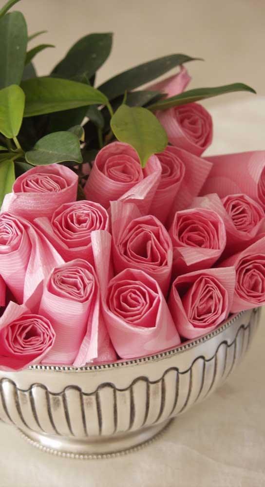 Guardanapos em formato de rosas. Uma opção para a dobradura tradicional
