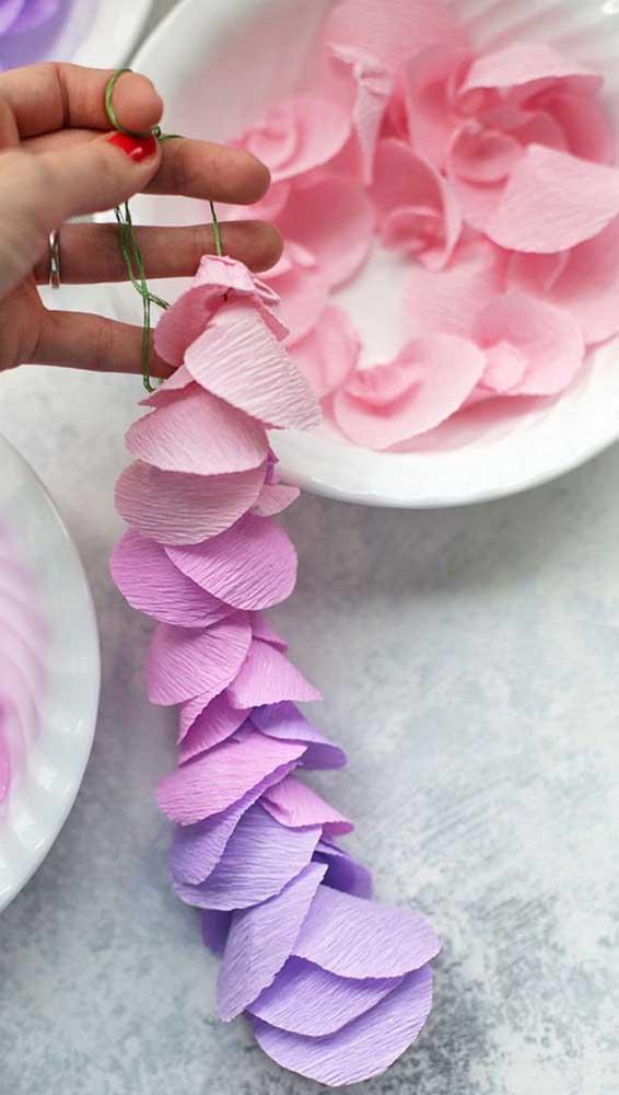 Cortininha de rosas de papel crepom