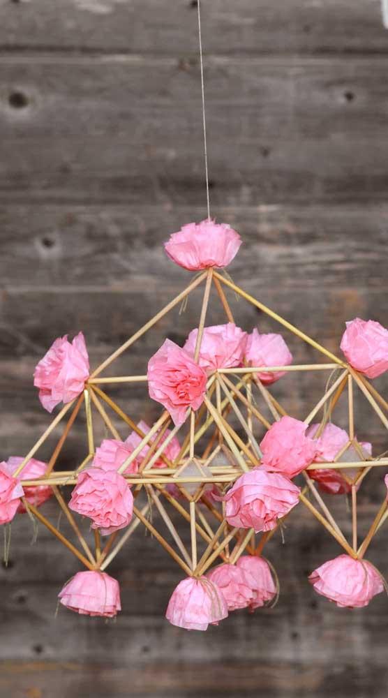 Que tal uma luminária suspensa decorada com rosas de papel?