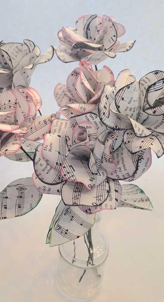 Rosas e música! Tudo no papel!