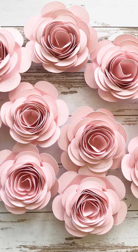 Rosas de papel prontas para serem colocadas em algum painel