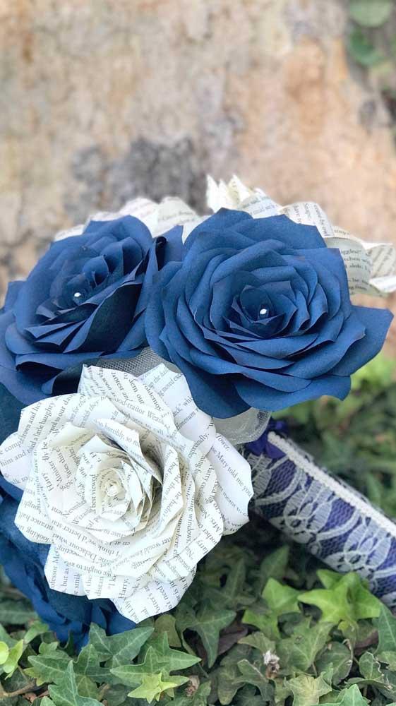 Maravilhosamente lindo esse buquê de rosas azuis mescladas com as rosas de papel jornal