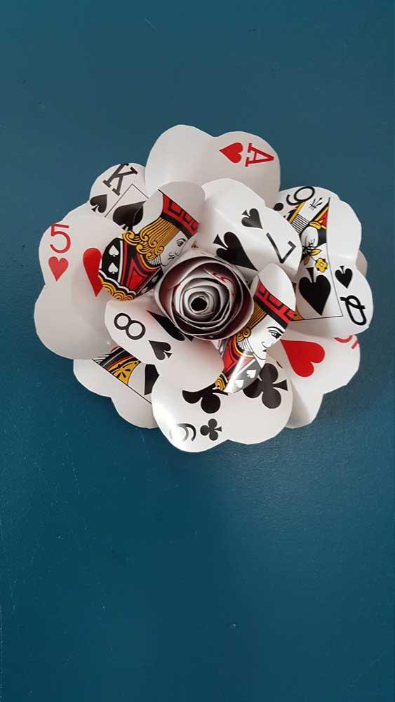 Até as cartas de baralho viram pétalas de rosas!