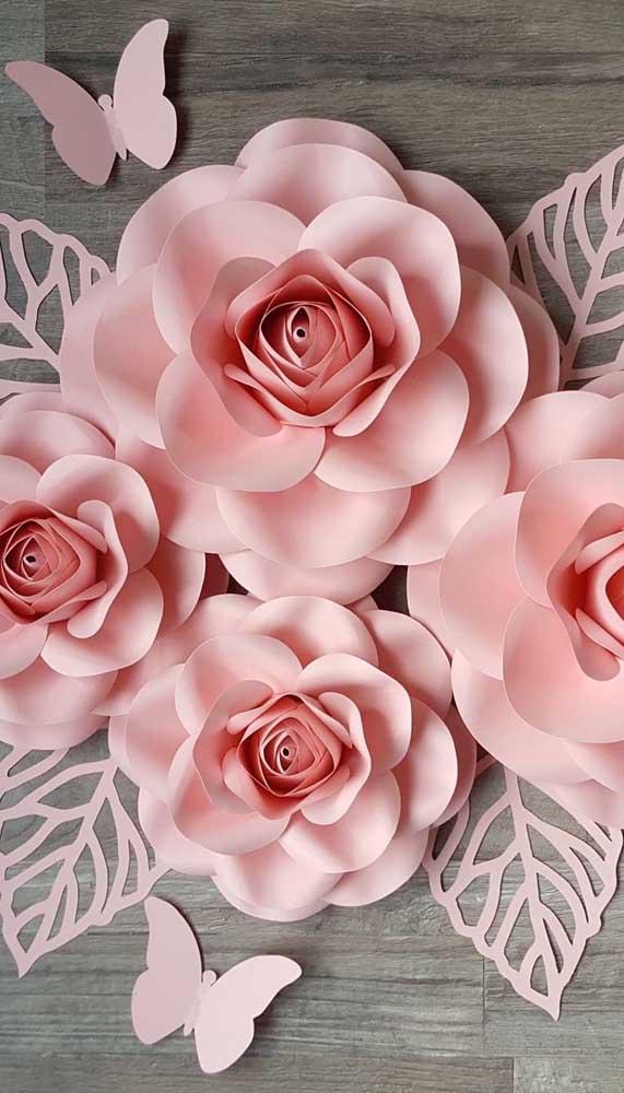 Aqui, as rosas, as folhas e até as borboletas seguem no mesmo estilo e na mesma cor de papel
