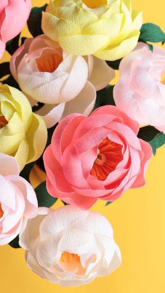 Rosas coloridas de papel crepom prontas para formar algum arranjo por aí