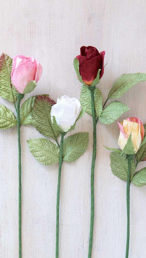 Botões de rosa de papel crepom em cores bem realistas