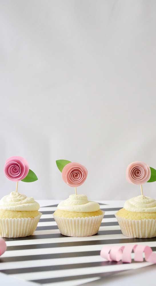 Essa ideia vale a pena copiar: mini rosas de papel para decorar os cupcakes da festa