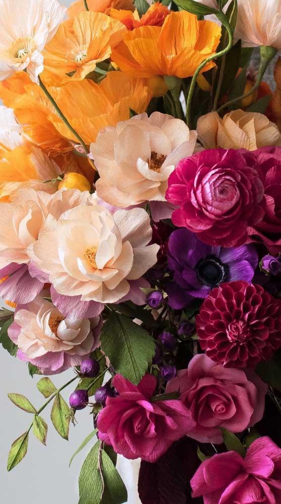Que buquê incrível! Aqui, todas as flores são de papel, inclusive as rosas