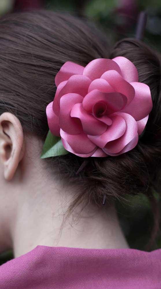 Enfeite de cabelo feito com rosa de papel