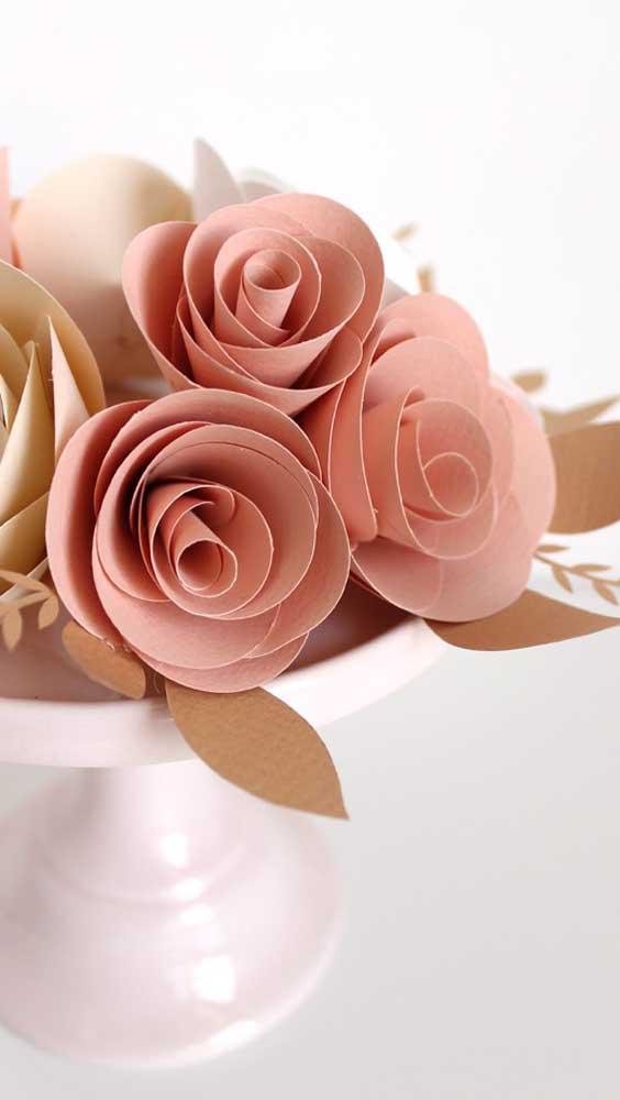 Rosa de papel no topo do bolo de casamento
