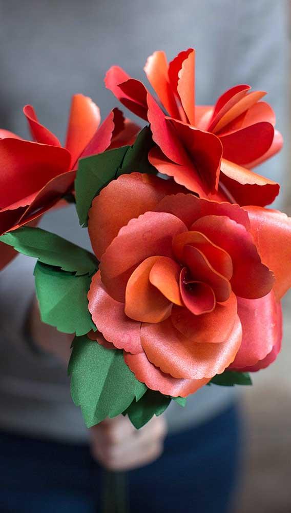 A tesoura de corte arredondado fez a diferença nas pétalas dessas rosas de papel