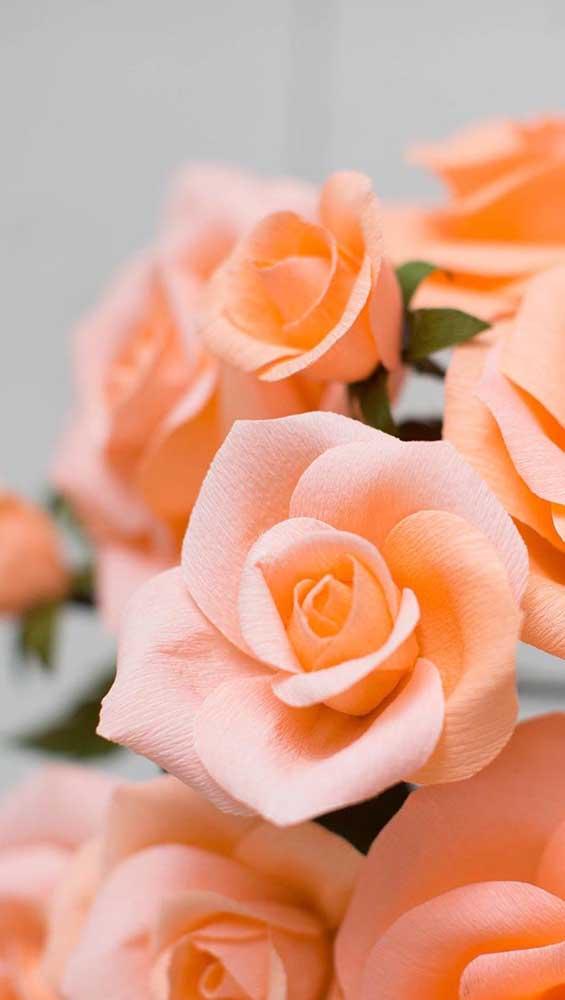 Que tal rosas laranja de papel para aquecer a decoração?