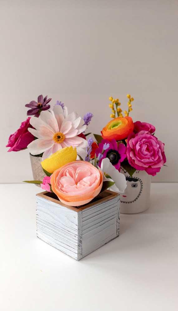 Crie arranjos despretensiosos com suas flores de papel e encha a casa de cor e alegria