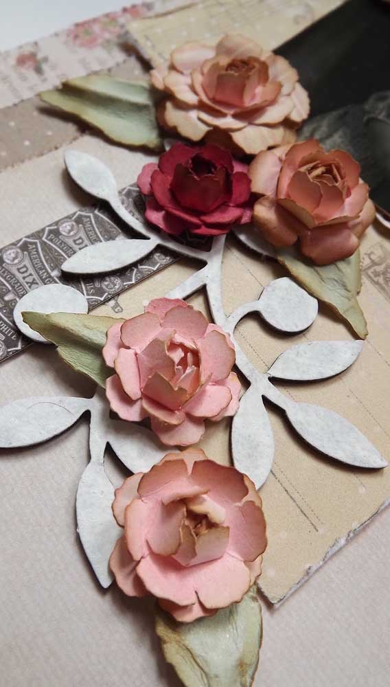 Rosas de papel para decorar o enfeite de metal
