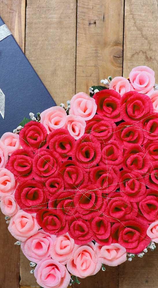 Linda sugestão de arranjo com mini rosas de papel