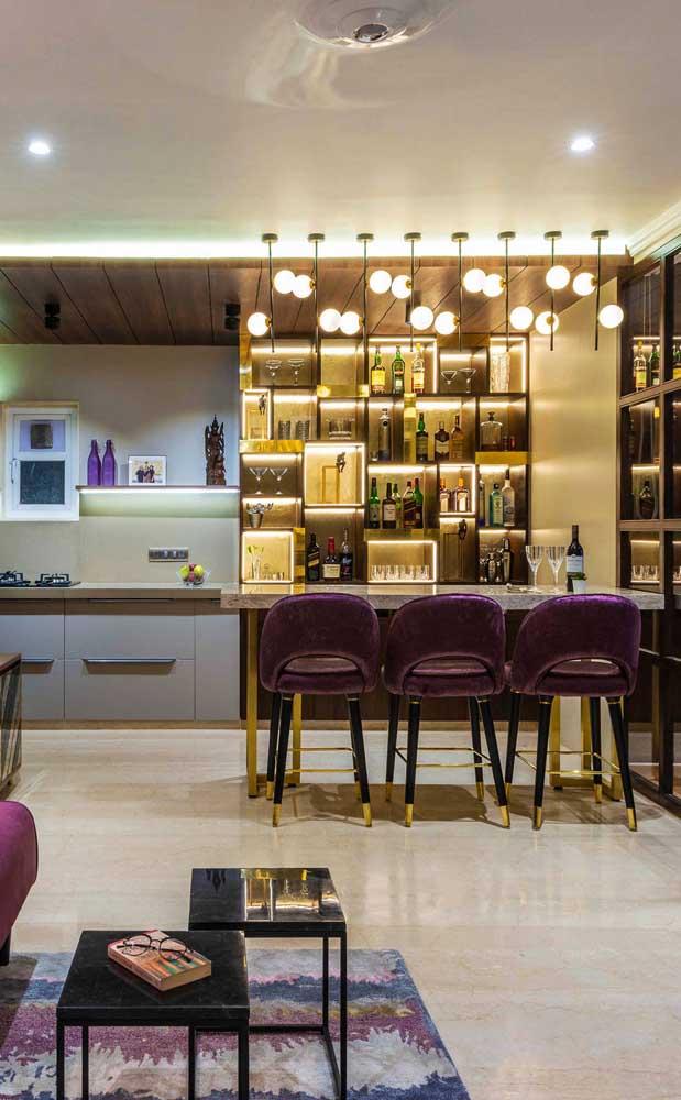 As luminárias fazem a diferença nesse outro projeto de bar em casa