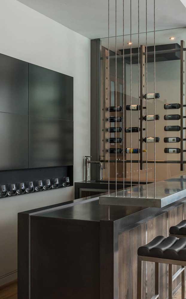 Bar em casa de estilo industrial. Destaque para as garrafas de vinho suspensas