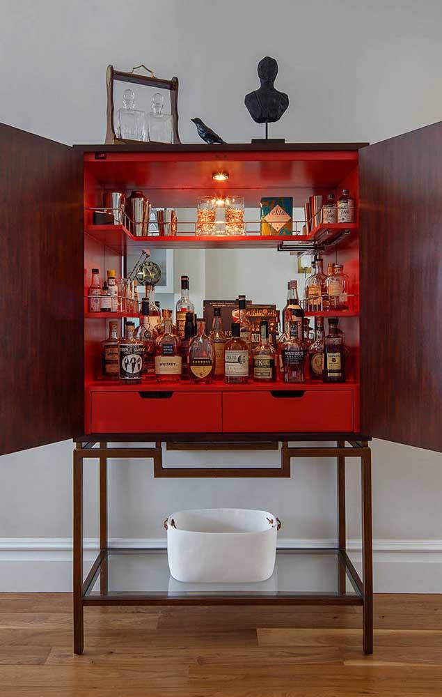 E quem diria que o armário guarda um bar completinho dentro dele?