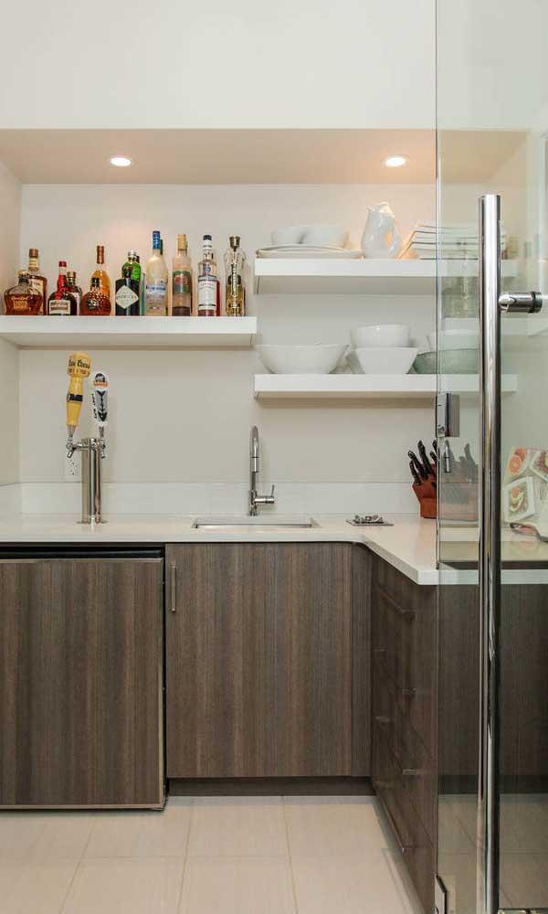 Bar em casa feito com marcenaria planejada