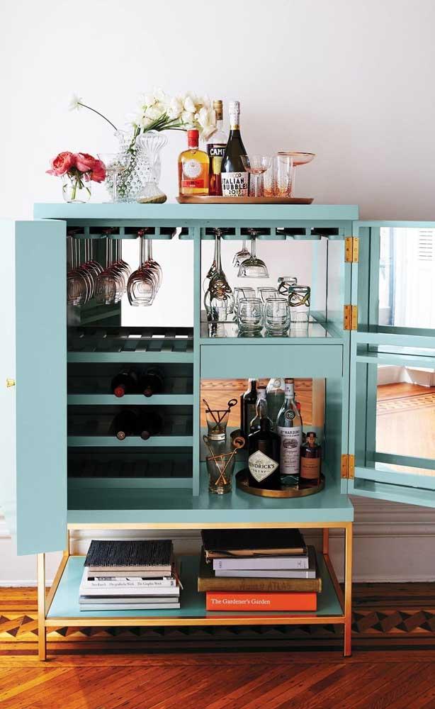 A ideia aqui é simples: exponha alguns itens fora do armário e guarde o restante