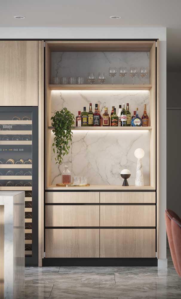 Montado entre os ambientes integrados, esse bar em casa ajuda a interligar os espaços
