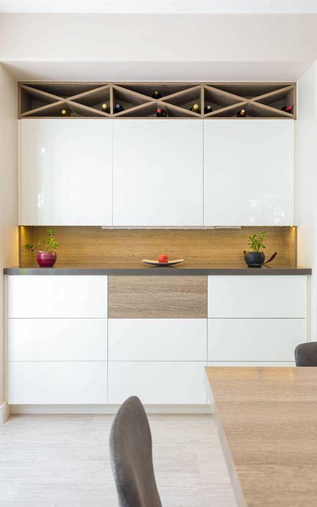 Aqui, o bar foi incluído no projeto da cozinha planejada