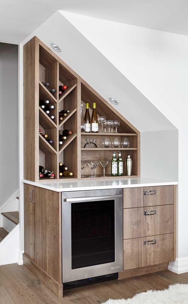 Um bar embaixo da escada
