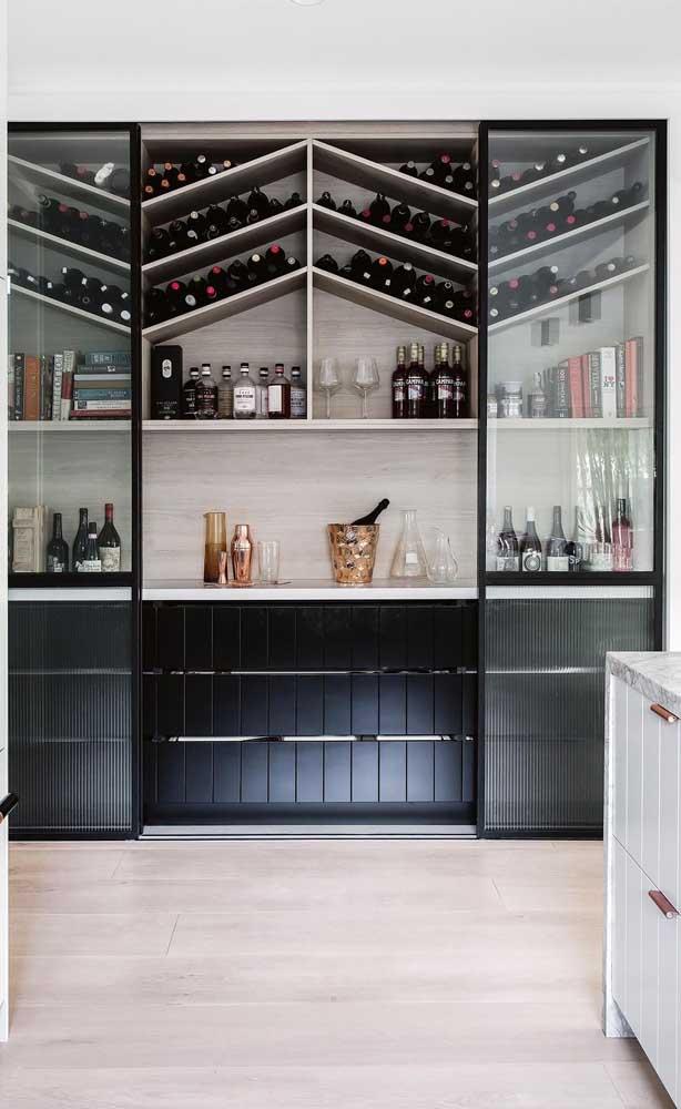 A porta de vidro de correr protege o bar e as garrafas