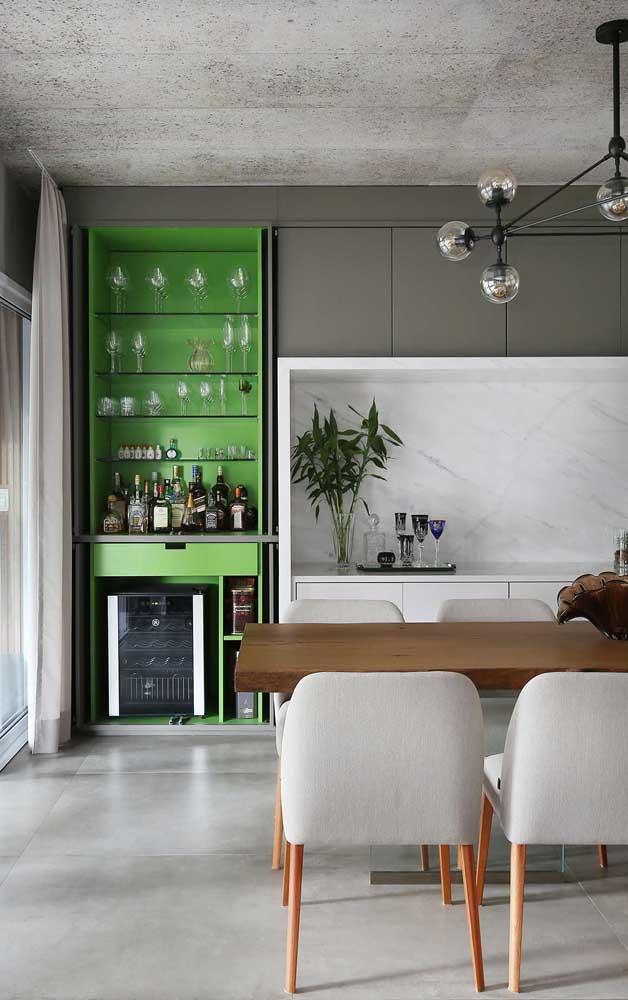 O bar verde é o centro das atenções dessa sala de jantar em tons neutros