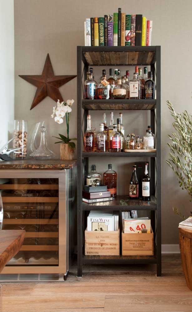 Um pequeno bar na estante. Logo ao lado, um frigobar para manter as bebidas na temperatura certa