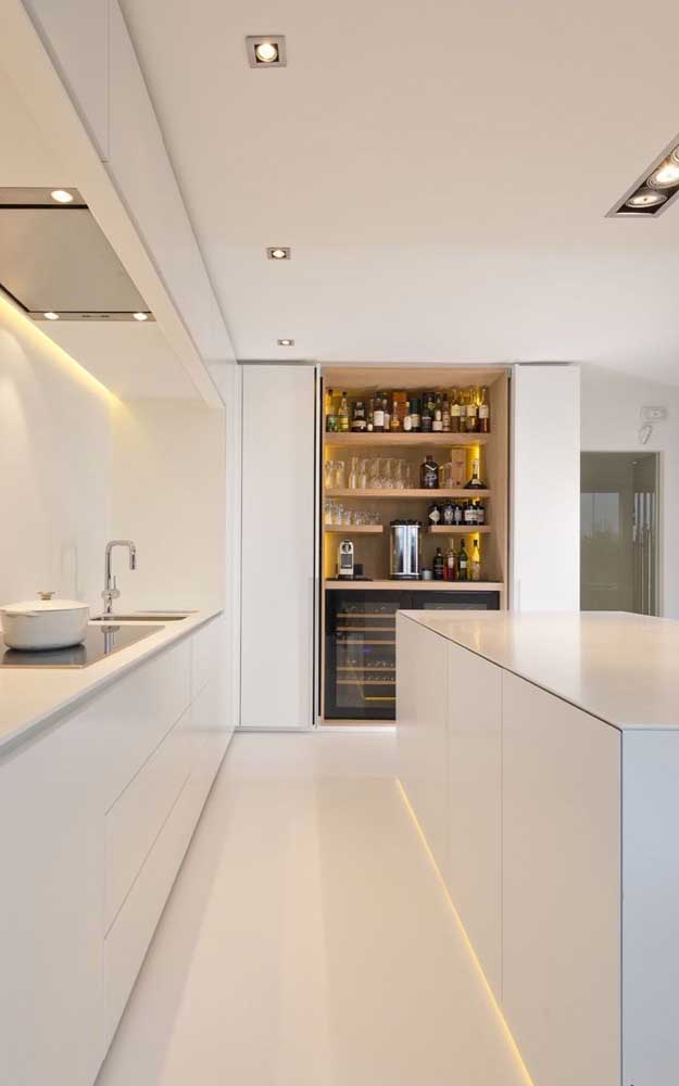 Cozinha minimalista também tem bar, só que ele fica escondido dentro do armário