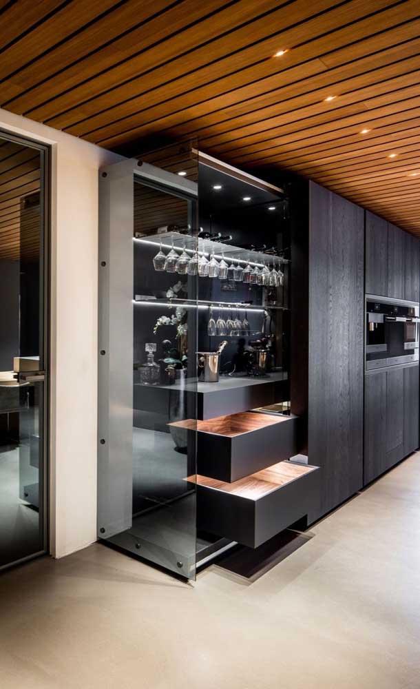 Um luxo esse bar em casa feito em marcenaria preta e com luzes difusas