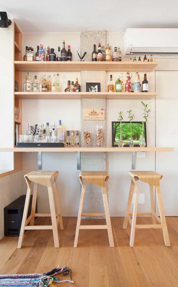 Faça das suas paredes o seu bar. Use prateleiras para isso