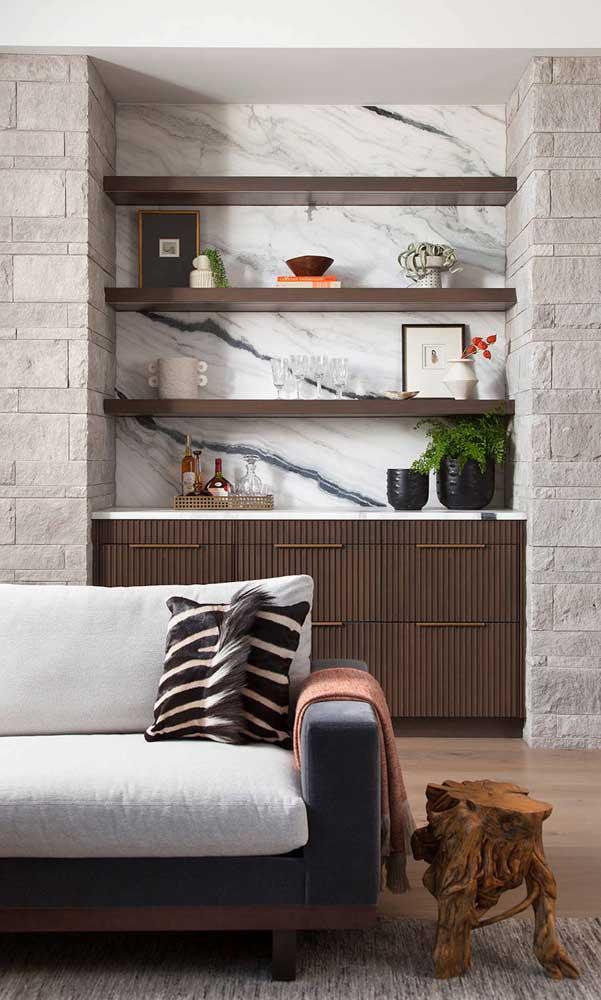 A madeira escura e o revestimento de mármore são o destaque desse pequeno bar em casa