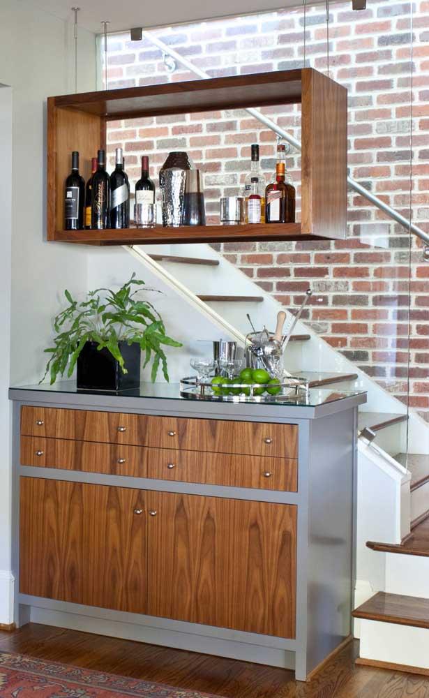 Mais uma demonstração de como o espaço junto a escada pode ser bem utilizado para um bar em casa