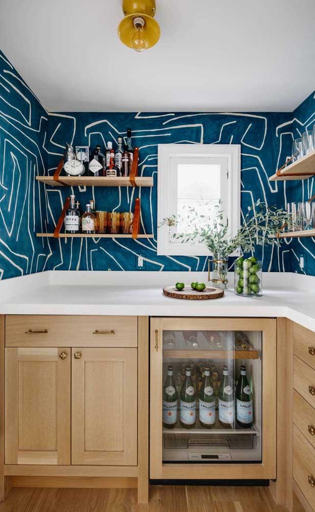 O papel de parede deu o toque final a decoração do bar em casa
