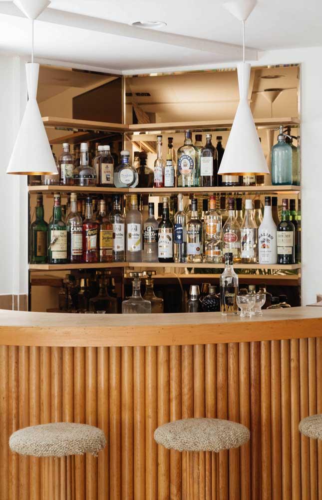 Bar em casa de canto feito em madeira