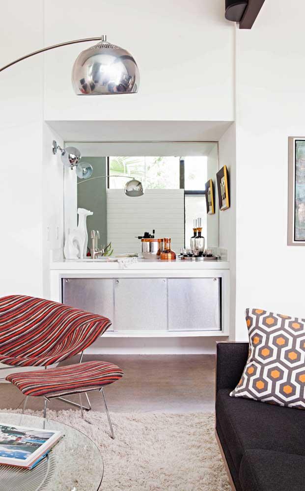 A sala de estar fica mais receptiva com o bar