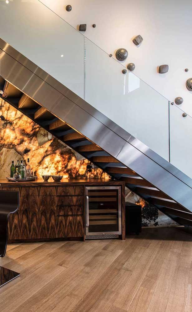 Super efeito criado nesse bar embaixo da escada e integrado à sala de jantar