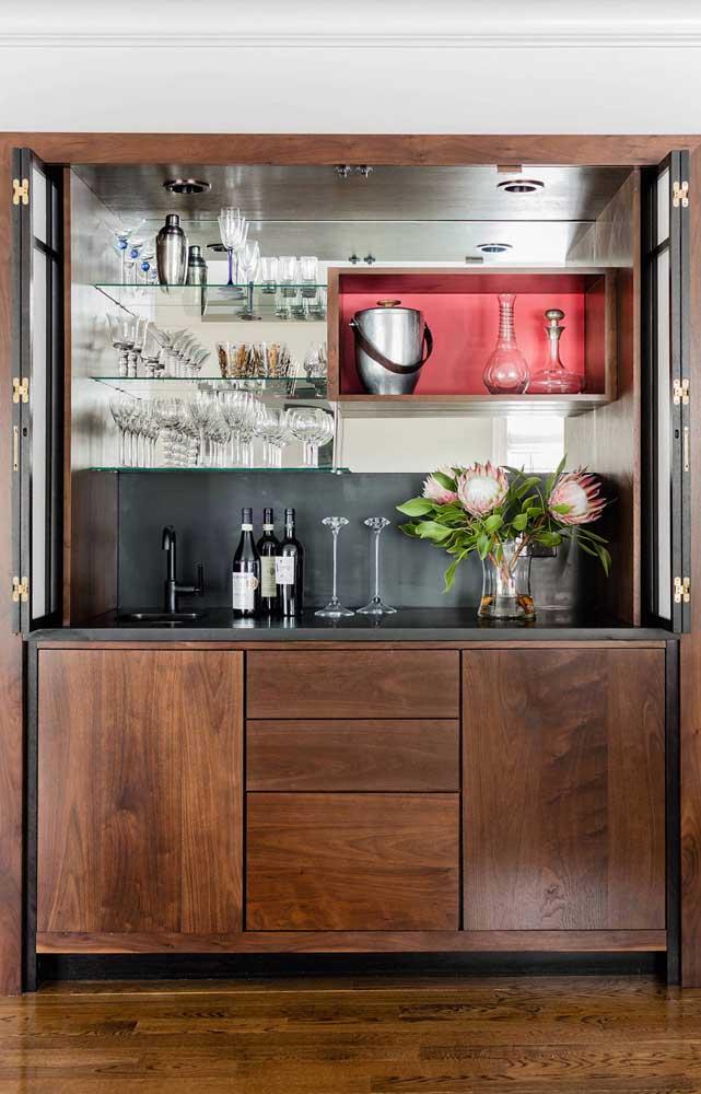 Nada como um bom e velho móvel de madeira para abrigar o bar em casa
