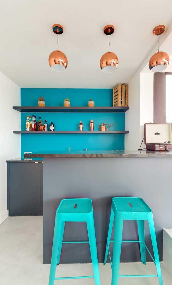 Bar em casa moderno decorado em tons de azul e cobre