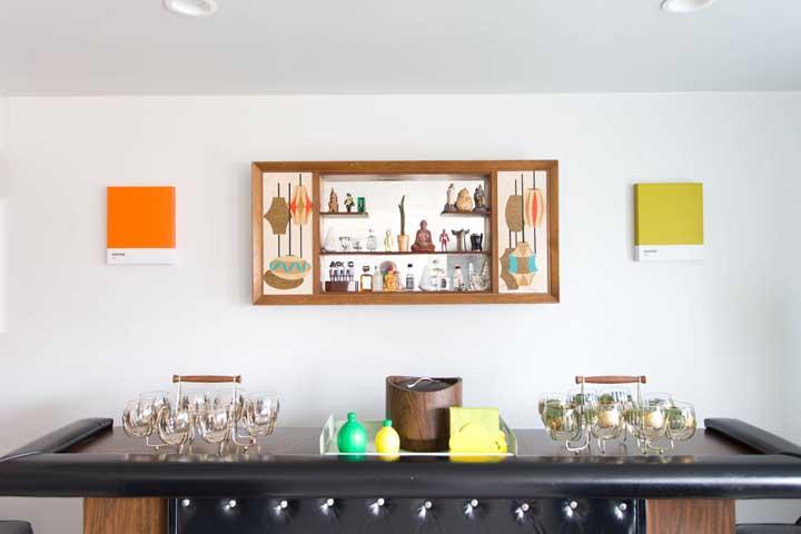 Objetos de decoração integram de modo delicado a decoração desse pequeno bar em casa