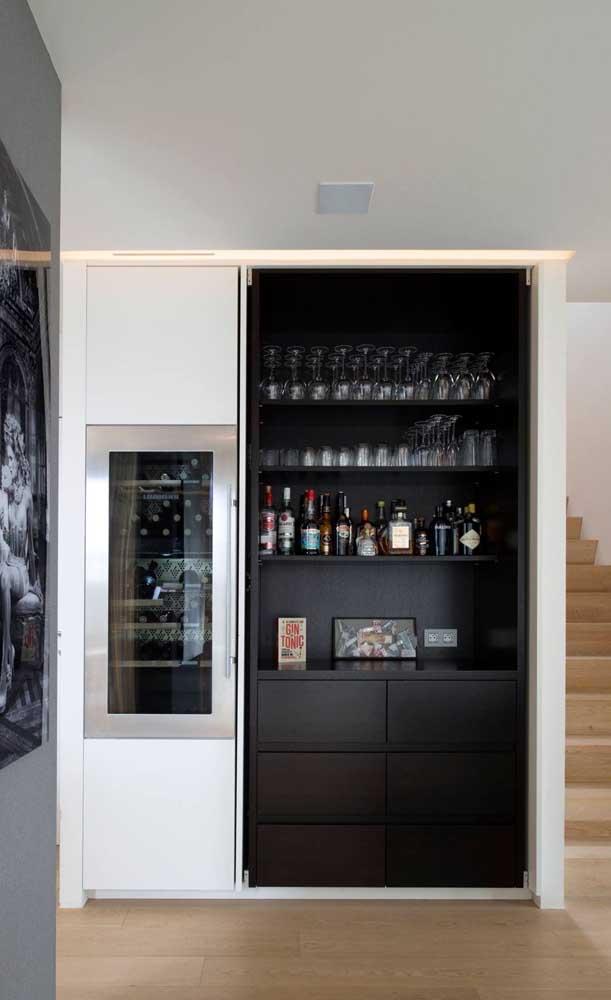 Bar em casa embutido na parede. Destaque para a mini geladeira