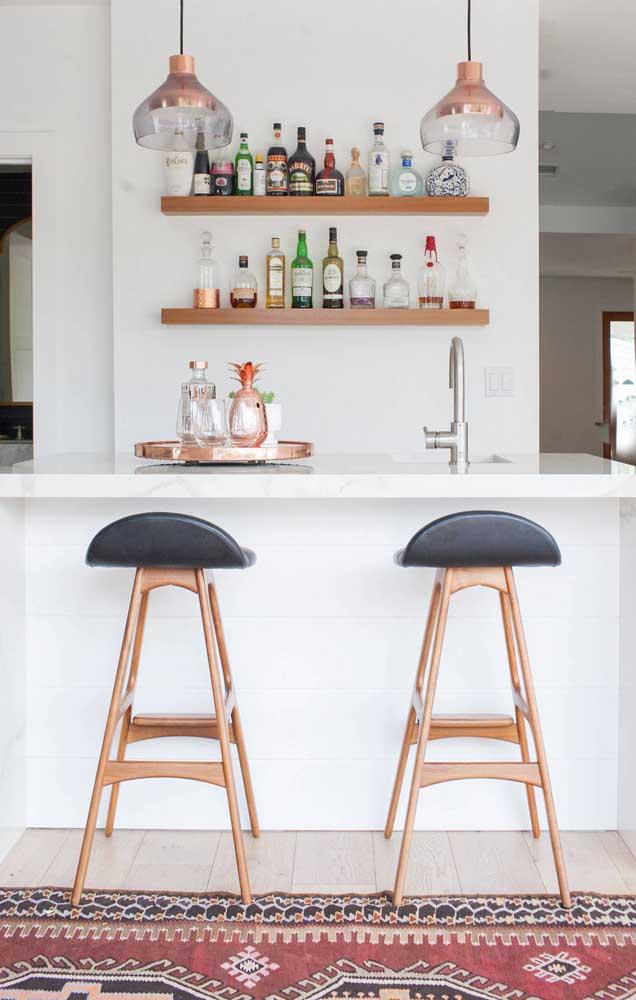 Bar em casa moderno com balcão para acomodar as visitas
