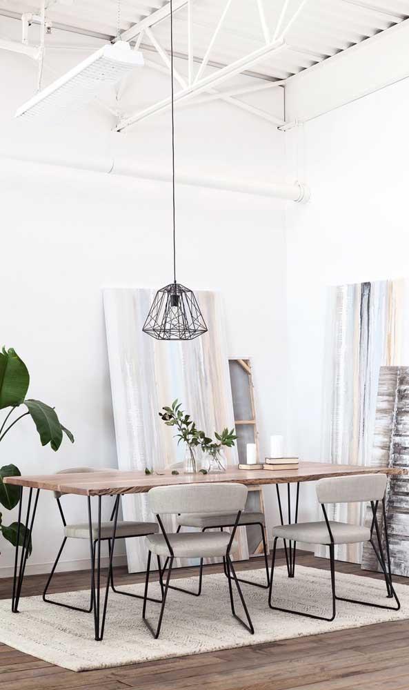 O rústico e o industrial se encontram nessa sala de jantar com tampo de mesa de madeira de demolição e hairpin legs