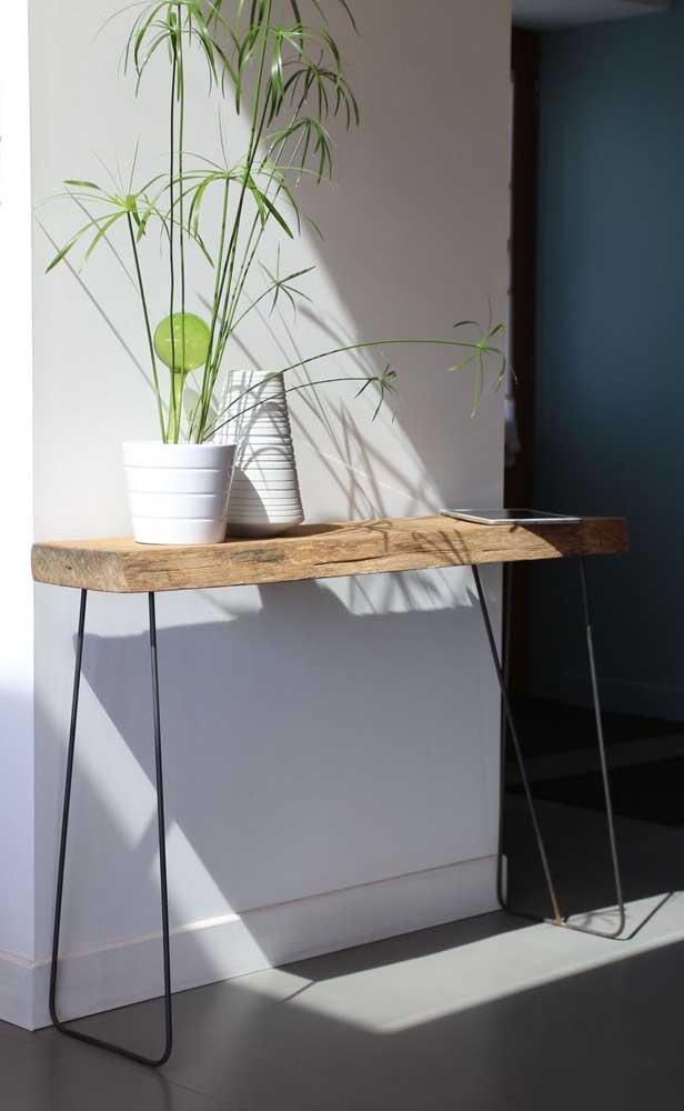 Mesa tipo aparador feita em madeira de demolição. Destaque para os pés de ferro