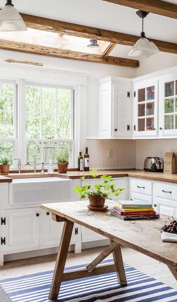 A cozinha de marcenaria clássica casou super bem com a mesa de madeira de demolição