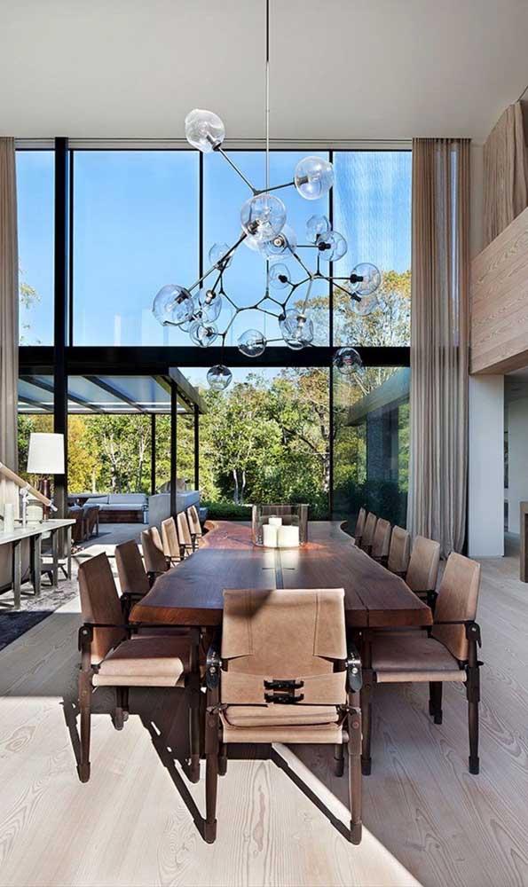 Já essa outra sala de jantar contou com a beleza de uma mesa de madeira de demolição em estado bruto